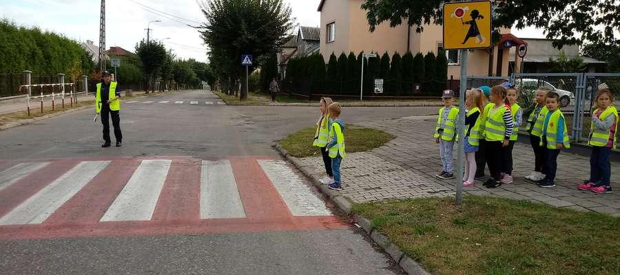 Spotkania policjantów z dziećmi to znakomita okazja do przekazania dzieciom zasad bezpiecznego zachowania się na przejściu dla pieszych