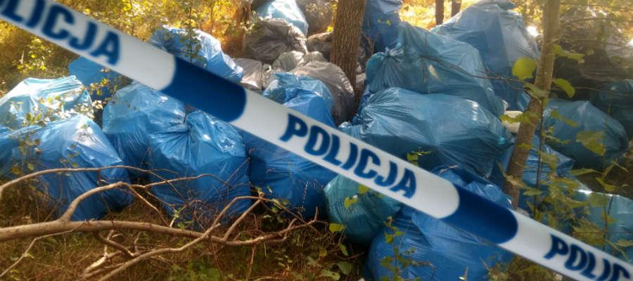 Mężczyźni dwukrotnie zostali przyłapani na wyrzucaniu śmieci w lesie, dlatego zostali też dwa razy ukarani mandatami (po 500 zł każdy)