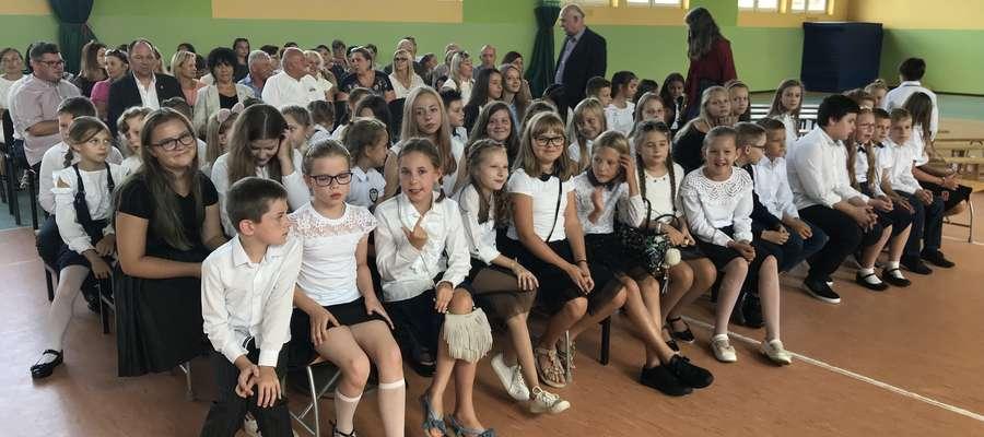 Uczniowie szkoły muzycznej podczas rozpoczęcia roku skzolnego