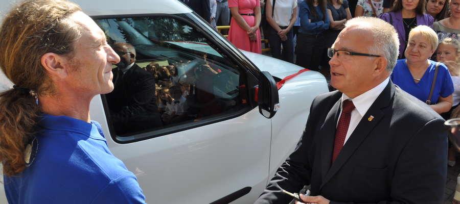 Moment przekazania kluczyków do nowego auta