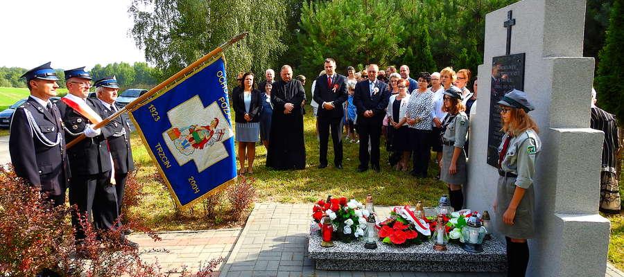 Uroczystość rozpoczęła się przed pomnikiem w Trzcinie