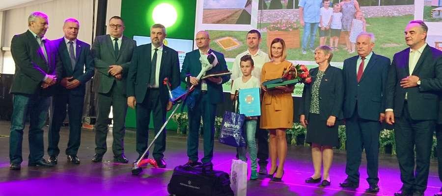 Państwo Marlena i Wojciech Wydorscy z Biskupca Pomorskiego w powiecie nowomiejskim po wręczeniu wyróżnienia