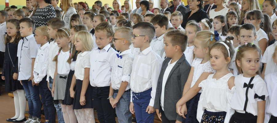 """Uczniowie nowomiejskiej szkoły """"Dwójki"""" podczas rozpoczęcia roku szkolnego"""