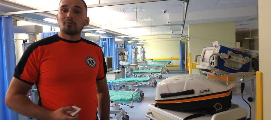 Przemysław Sanecki, ratownik medyczny prezentuje SOR po remoncie