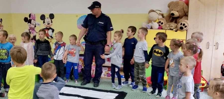 Dzielnicowy odwiedził dzieci w Kiwitach