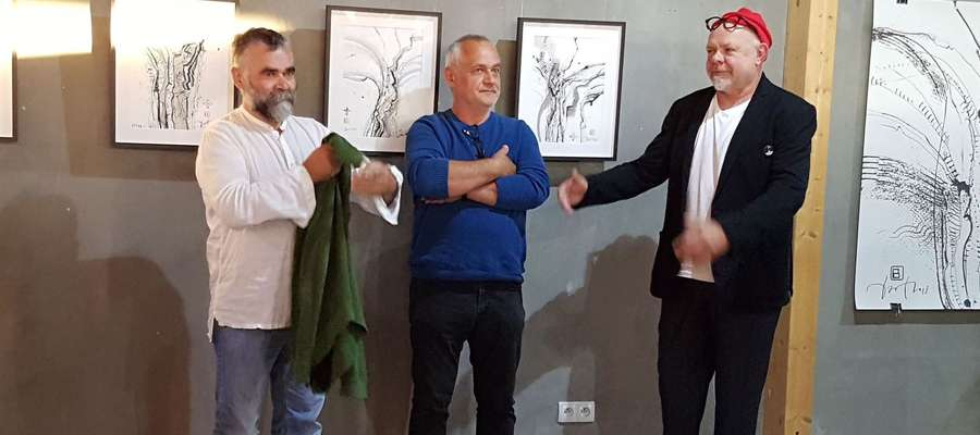 Bogdan Wojtek Bartkowski (z prawej) w towarzystwie swoich przyjaciół: prof. Waldemara J. Marszałka (w środku) i rzeźbiarza Krzysztofa Zielińskiego