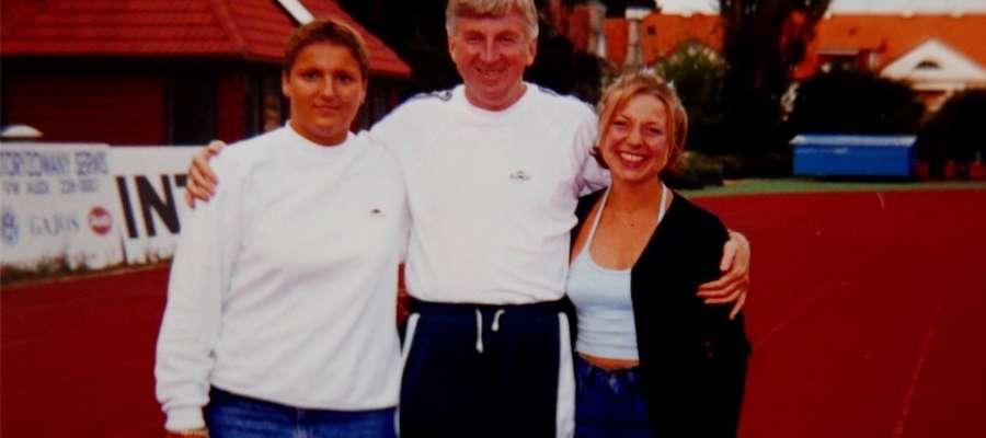 Trener Feliks Rochowicz ze swoimi podopiecznymi, Magdą i Dorotą