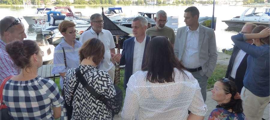 Piotr Żuchowski z ekipą swoich kandydatów na radnych przypłynął na wyspę Wielka Żuława i miałkonkretne propozycje z nią związane