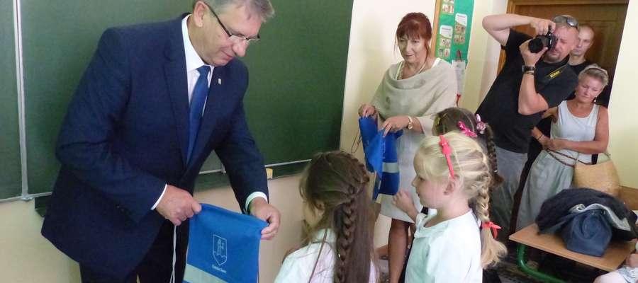 Burmistrz Susza Krzysztof Pietrzykowski rozdał workoplecaki pierwszakom