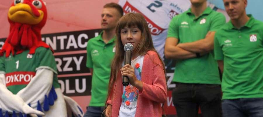 """Wczoraj w Galerii Warmińskiej siatkarze Indykpolu AZS spotkali się z kibicami...  ...a wolontariusze Fundacji """"Przyszłość dla Dzieci"""" zbierali pieniądze na operację Martynki Kasznickiej"""