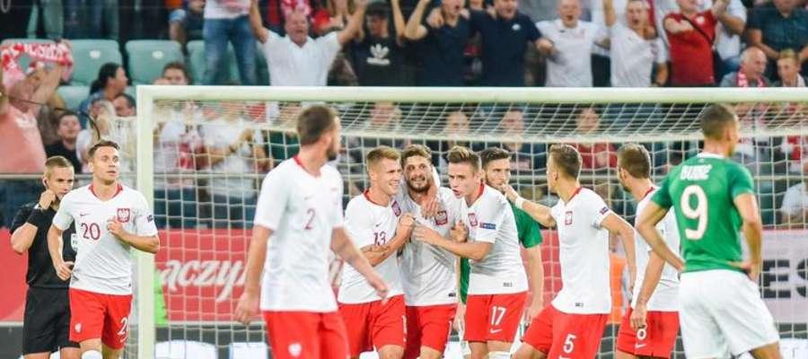 Mateusz Klich (czwarty z lewej) odbiera gratulacje za strzelenie gola Irlandczykom