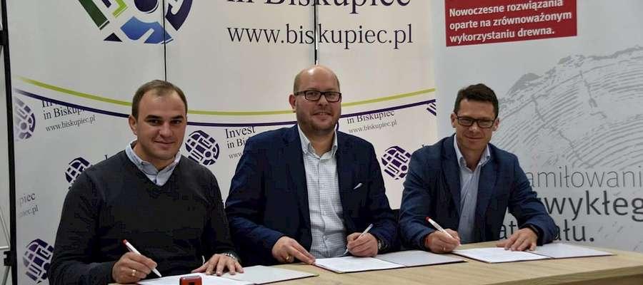Przedstawiciele Egger Biskupiec podpisali z Burmistrzem Biskupca Kamilem Kozłowskim porozumienie w sprawie rekultywacji jeziora Kraks Mały