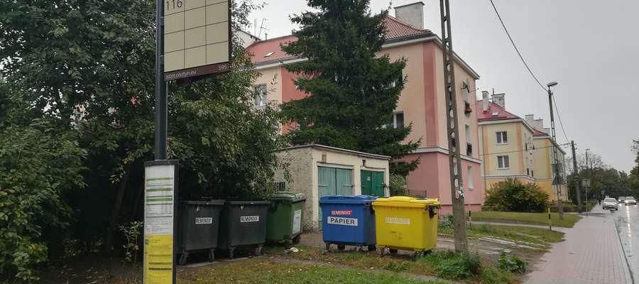 Śmietnik naprzeciwko przystanku autobusów miejskich przy ul. Paderewskiego w Olsztynie