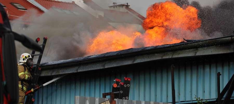 Pożar na olsztyńskim Zatorzu. Spłonął sklep z artykułami metalowymi [VIDEO, ZDJĘCIA]