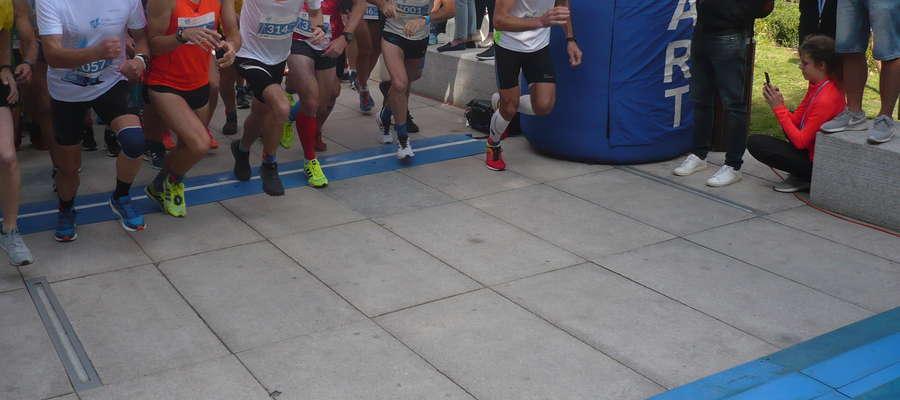 Start III Ukiel Półmaratonu Olsztyn. Drugi z lewej jego późniejszy zwycięzca Wojciech Kopeć z Olsztynka