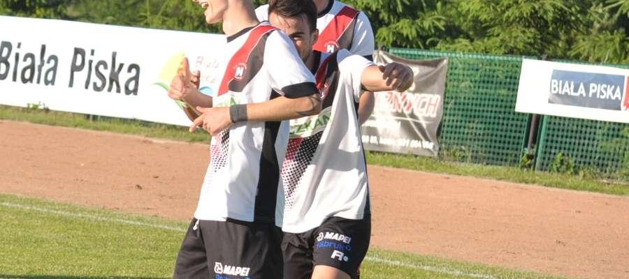 Patryk Kruczkowski najpierw cieszył się z gola w Sulejówku, ale pod koniec meczu wdał się w awanturę z zawodnikiem gospodarzy i obejrzał czerwoną kartkę