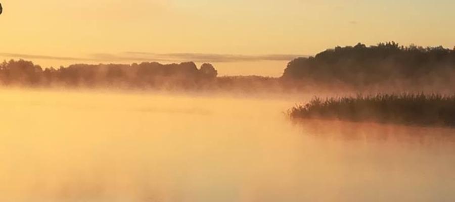 Poranek nad jeziorem w Bęsi.
