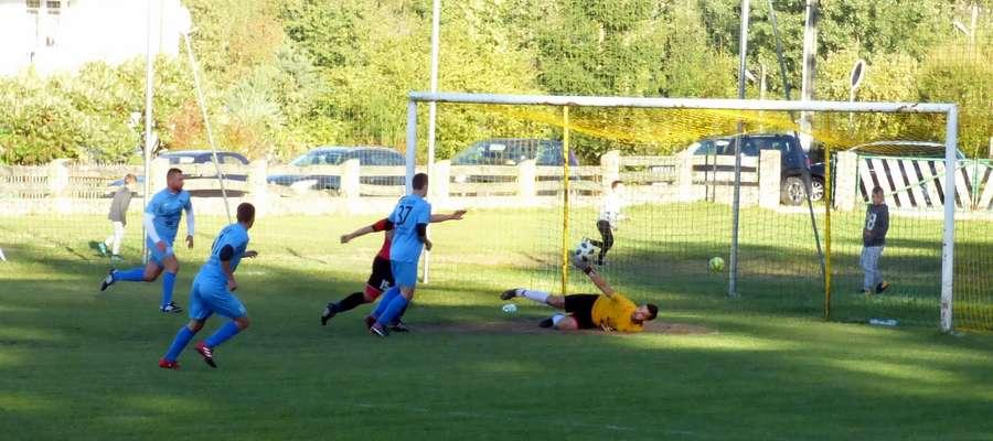 Najskuteczniejszy w meczu Dominik Bróździński zdobywa pierwszego gola dla Startu Nidzica
