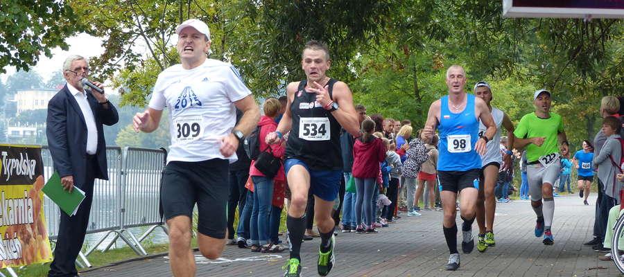 W Iławskim Półmaratonie walczy się do końca. Tu finisz biegu głównego w 2016 roku