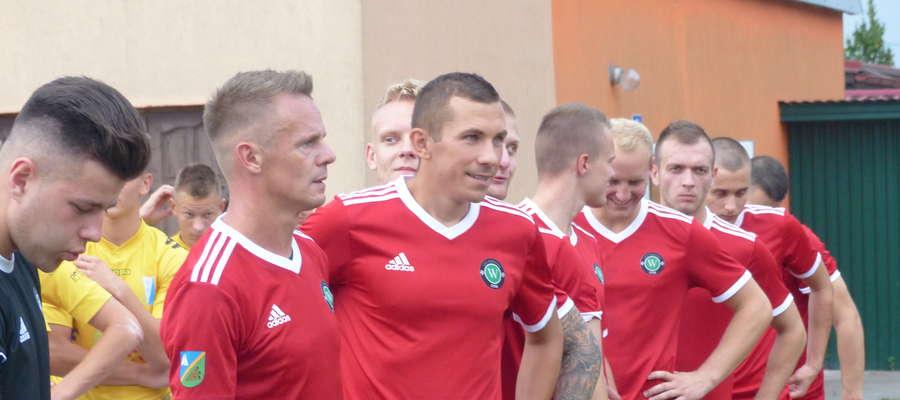 Zwycięskiego gola dla GKS-u Wikielec w pucharowym meczu z Olimpią II Elbląg zdobył Remigiusz Sobociński (drugi z lewej)