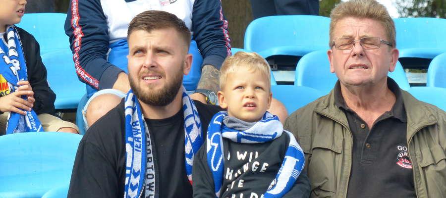 Były piłkarz Jezioraka Grzegorz Ostanek (pierwszy z lewej) nie zapomina o swoich kolegach z boiska. Tu z synem oraz tatą podczas meczu z Drwęcą NML
