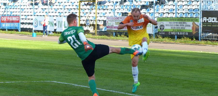 Arkadiusz Kuciński (Jeziorak) walczy o piłkę z bramkarzem Drwęcy NML