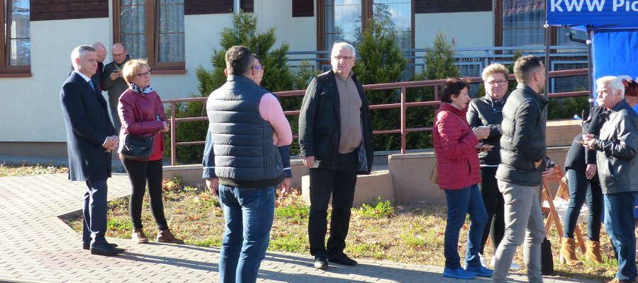 We wtorek Piotr Żuchowski (pierwszy z lewej) i znajdujący się na jego liście wyborczej kandydaci odwiedzili osiedle Gajerek