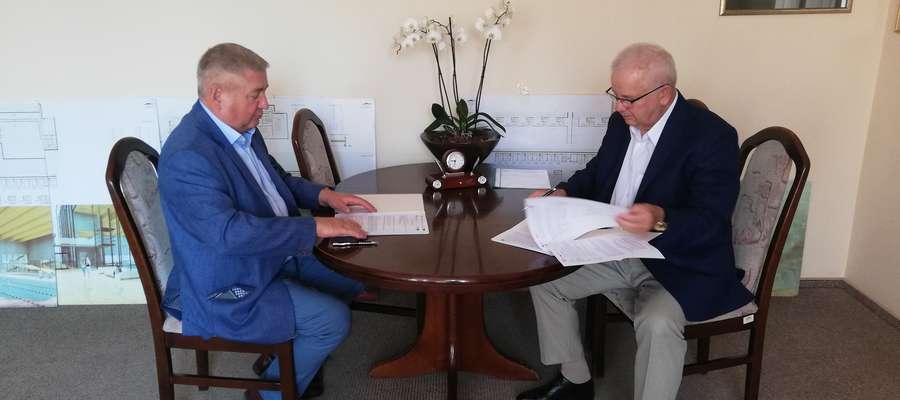 Starosta Jan Harhaj i Waldemar Klocek, prezes Zarządu Okręgowego Przedsiębiorstwa Geodezyjno–Kartograficznego podpisali umowę