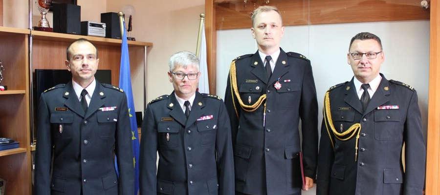 Rafał Napiórkowski (drugi z prawej) będzie zastępcą komendanta powiatowego PSP w Ostródzie