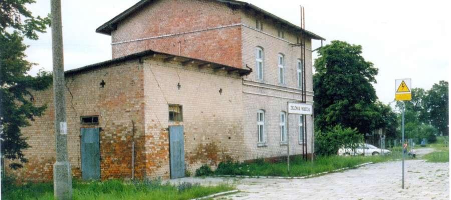 Zabudowania dworca w Zielonce Pasłęckiej około 1996 roku. To tu pod koniec stycznia 1945 roku doszło do zderzenia pociągu z uciekinierami z pociągiem-lazaretem