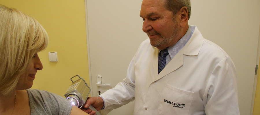 Prof. dr hab. n. med. Waldemar Placek przez wiele lat był konsultantem krajowym w dziedzinie dermatologii, obecnie zarządza olsztyńską Katedrą i Kliniką Dermatologii Chorób Przenoszonych Drogą Płciową i Immunologii Klinicznej Miejskiego Szpitala Zespolone