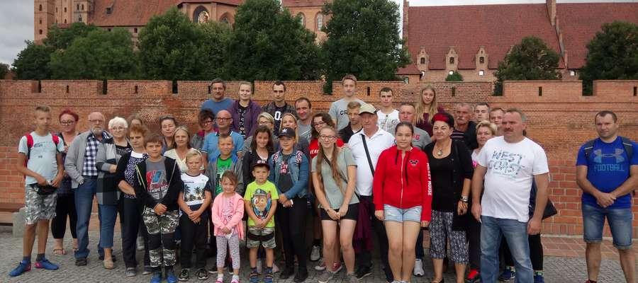 Uczestnicy wycieczki na pamiątkowej fotografii w Malborku