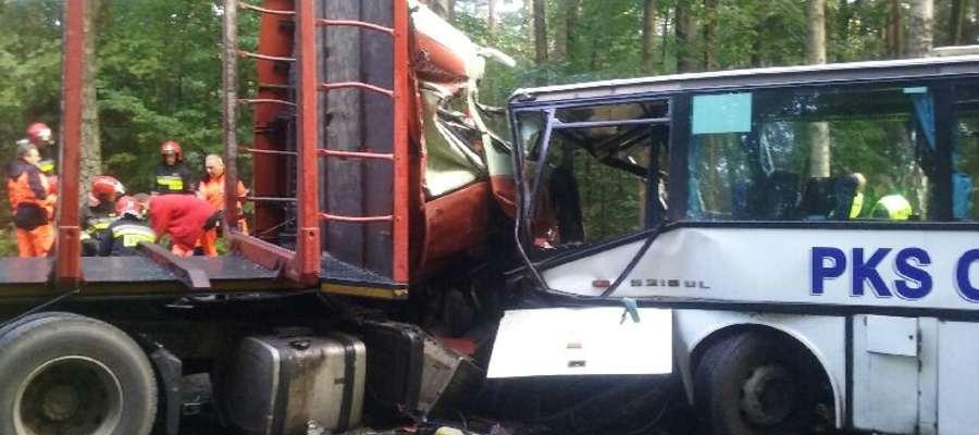 """W okolicach Tyrowa na krajowej """"szesnastce"""" autobus czołowo zderzył się z samochodem ciężarowym"""