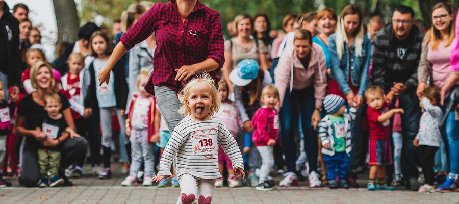 Zdjęcie-symbol 8. edycji Iławskiego Półmaratonu. Fotograf Michał Złotowski pięknie ujął ucieczkę (falstart) małej Hani Maśkiewicz podczas biegu przedszkolaków. W pogoni mama Hani, Justyna
