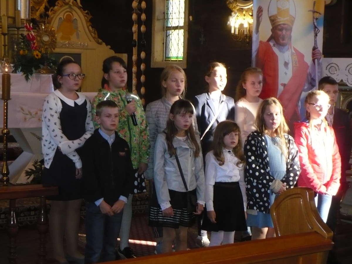 Występ uczniów na apelu w szkole w Zajączkowie