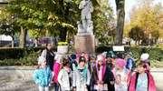 Pomniki znanych Polaków oglądane przez Małych Odkrywców