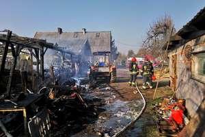Pożar auta i wiaty w Jegłowniku. Zagrożony był budynek mieszkalny [zdjęcia]