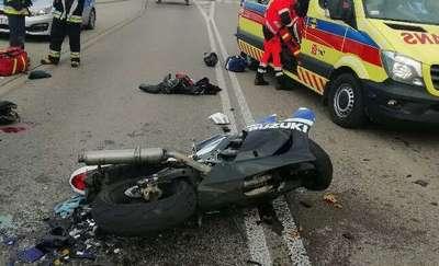 Wypadek na drodze wojewódzkiej. Nieprzytomny motocyklista trafił do szpitala [ZDJĘCIA]