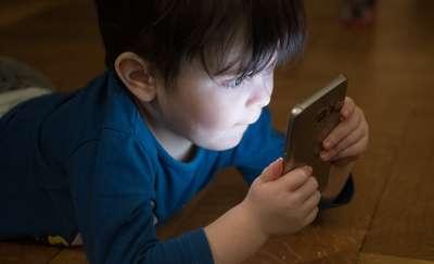 Czy smartfon to na pewno odpowiedni prezent dla dziecka?