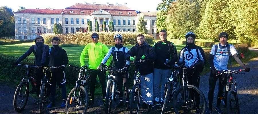 Rowerzyści w czasie rajdu zobaczyli m.in. pałac w Drogoszach