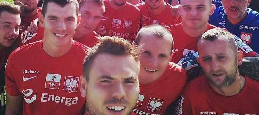 Dawid Dobkowski (pierwszy od lewej na 2. planie) walczy z reprezentacją Polski w AMP Futbolu o mistrzostwo świata!