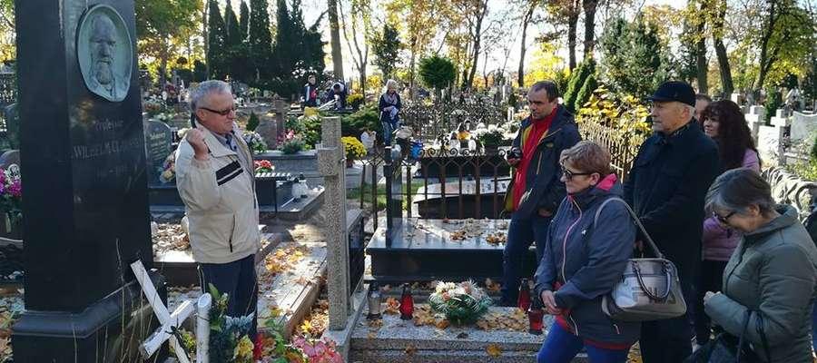 Wielbiciele regionalnej historii poznawali tajemnice i ciekawostki kętrzyńskiego cmentarza