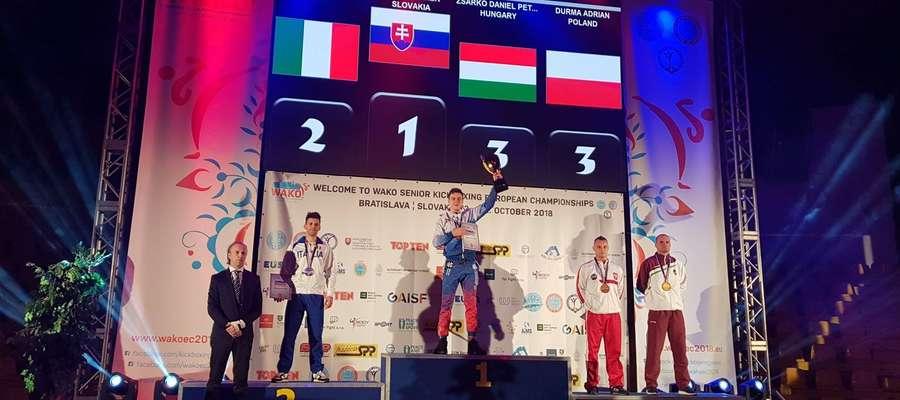 Adrian Durma (drugi z prawej) na podium mistrzostw Europy