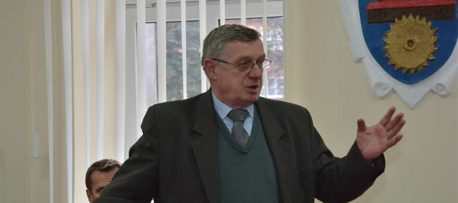 Edward Adamczyk na sesji Rady Powiatu w Olecku