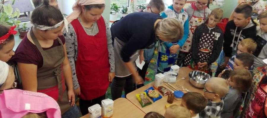 Przedszkolaki wraz ze starszymi kolegami zmierzyli się z  zadaniem upieczenia chleba.