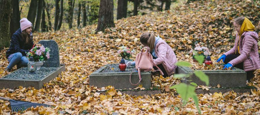 Porządkowanie cmentarzy na Wzgórzach Dylewskich stało się dobrą doroczną tradycją