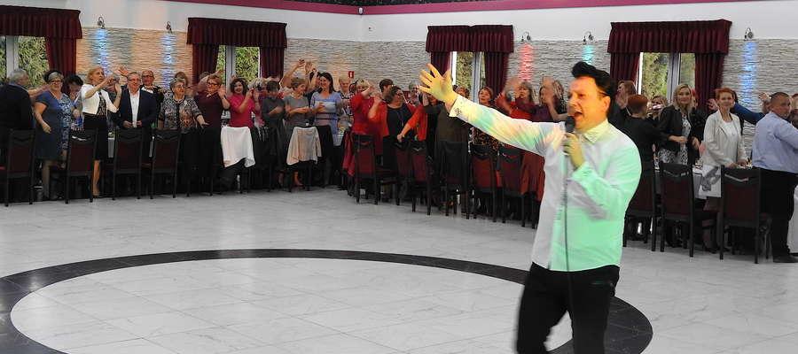 Nowomiejski Elvis śpiewa z okazji Dnia Nauczyciela w Tylicach