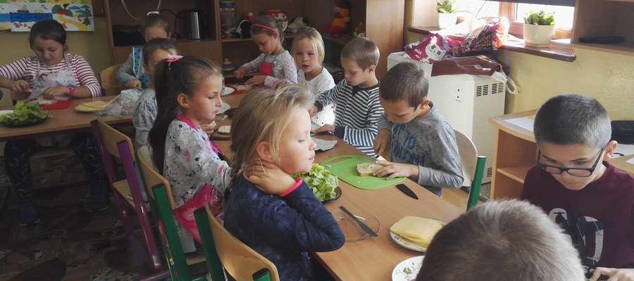Uczniowie ze Szwarcenowa podczas przygotowywania śniadania