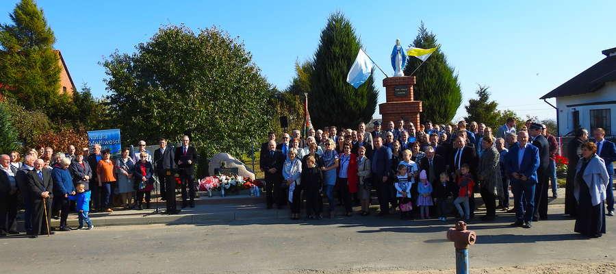 Uczestnicy uroczystości w Lekartach przy tablicy ku pamięci senatora