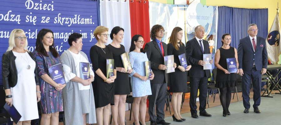 Dyrektor wręczył swoje nagrody nauczycielom